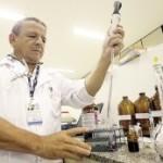 Professor Edemilson no laboratório de farmácia da UFG (Autor: Renato Conde- O Popular)